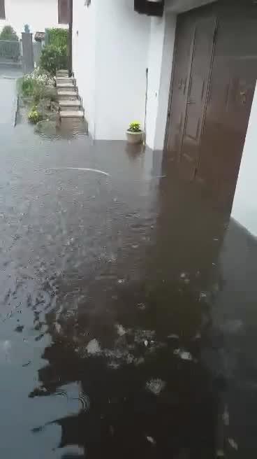Video: Bomba d'acqua allaga Cuveglio
