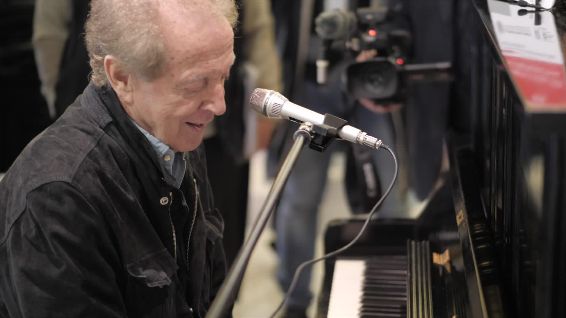 Video: Memo Remigi suona all'ospedale di Circolo di Varese