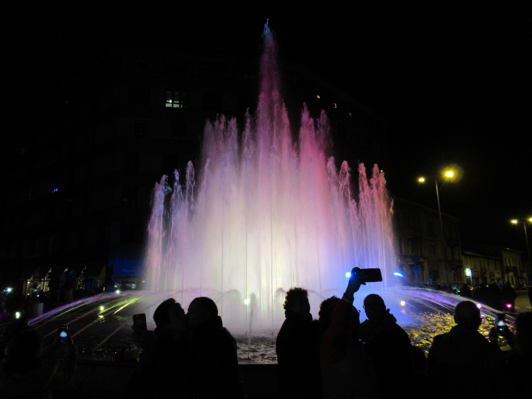 Video: Giochi di luce e musica nella fontana a Gallarate