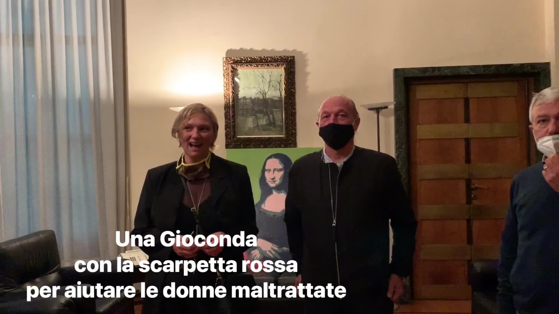 Video: Una gioconda in Questura per aiutare le donne maltrattate