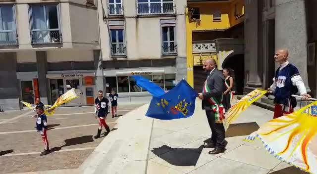 Video: Il sindaco si trasforma sbandieratore