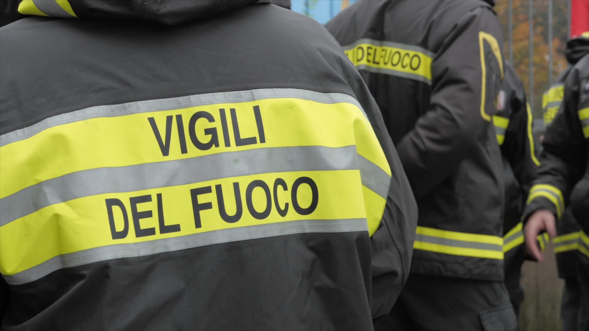 Video: I vigili del fuoco scendono in piazza