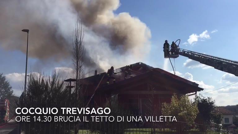 Video: Brucia il tetto di una villetta