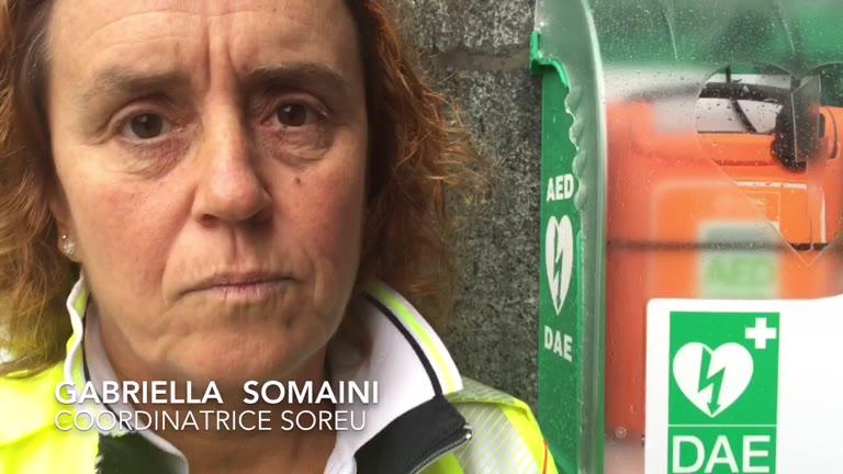 Video: Come si utilizza il defibrillatore