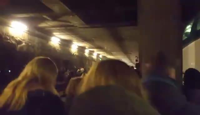 Video: Treno fermo, pendolari a piedi sui binari