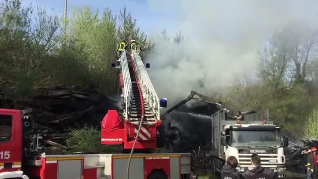 Video: In fiamme traversine dei binari, colonna di fumo a nord della città