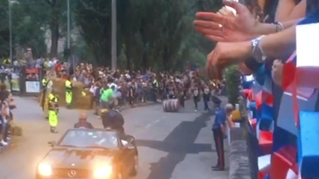 Video: La corsa delle botti al palio dei castelli di Castiglione Olona