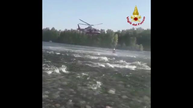 Video: Il salvataggio di un uomo nel fiume Ticino
