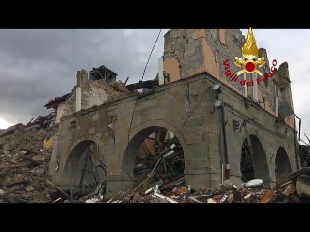 Video: Crolla il palazzo rosso di Amatrice, quello che ha resistito al primo terremoto