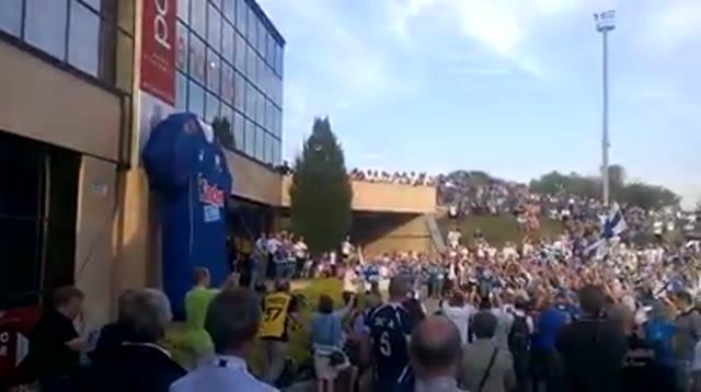 Video: Duemila finlandesi incitano la propria squadra fuori dal Palayamamay