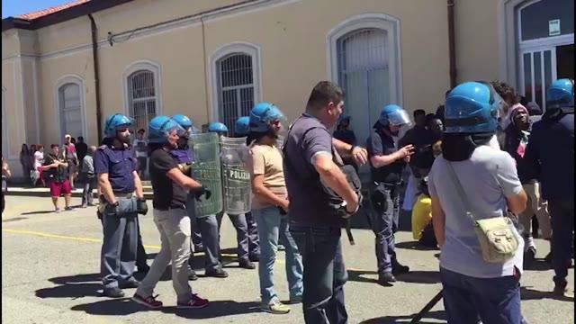 Video: L'arrivo dei richiedenti asilo di via dei Mille a Varese