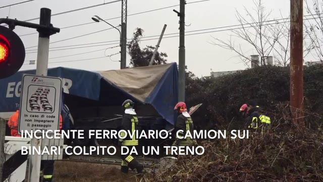 Video: Camion sui binari colpito da un treno
