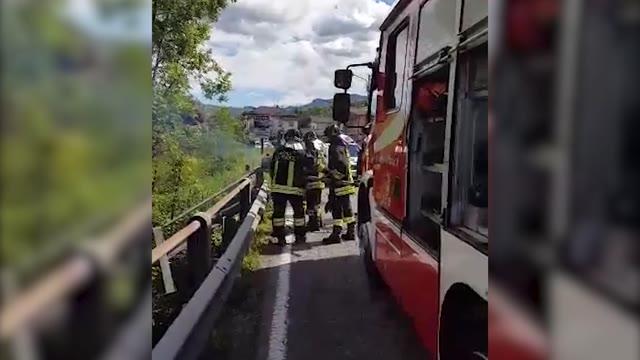 Video: L'auto cade nel fiume