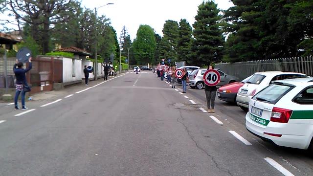Video: Il flash mob delle mamme per la sicurezza stradale davanti alle scuole