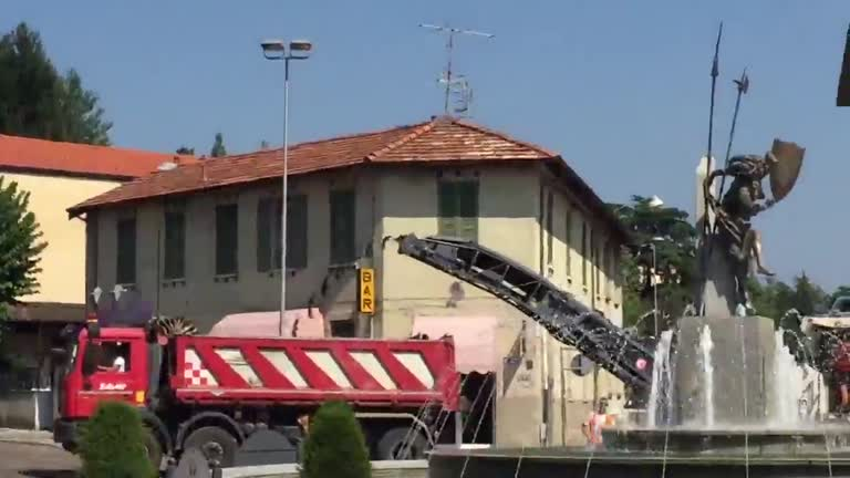 """Video: """"Piove Bitume"""": lavori in corso in piazza Libertà"""