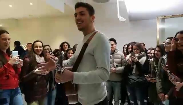 Video: Lele, vincitore di Sanremo Giovani, suona per i fan
