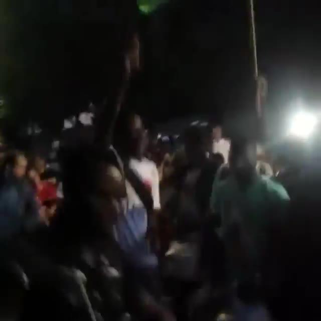 Video: Arriva la banda ed è festa tra i migranti alla stazione di Como