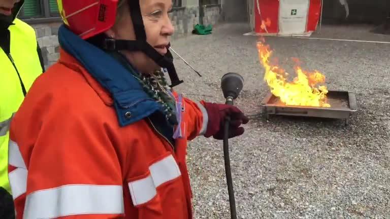 Video: Gli alunni fanno il tifo per la maestra-pompiere