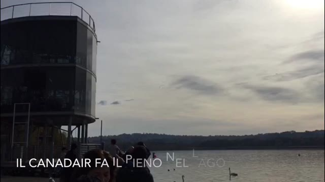 Video: Il Canadair carica acqua dal lago di Varese