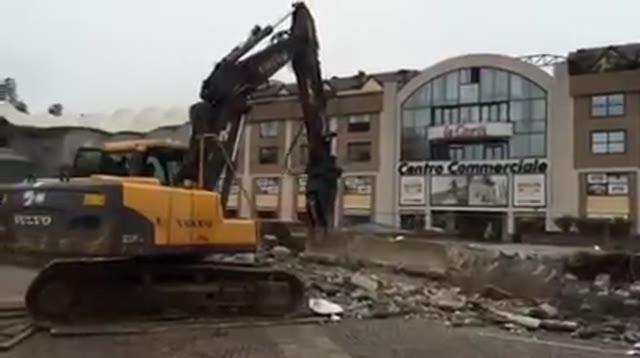 Video: Ruspa abbatte gradoni in Piazza Repubblica