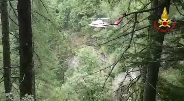 Video: Precipita in un torrente e muore. Il corpo recuperato dai vigili del fuoco