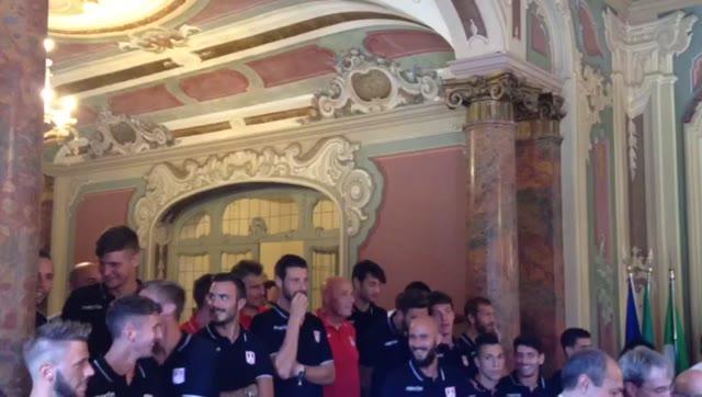"""Video: """"Biancorosso il Cuore"""", il nuovo inno del Varese cantato in Comune"""