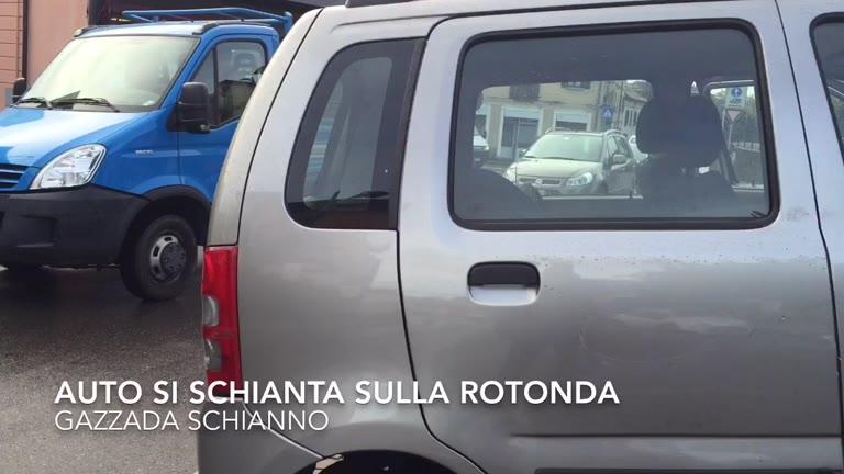 Video: Auto si schianta contro rotonda