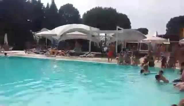 Video: Fuori tutti, in piscina arriva il Milan