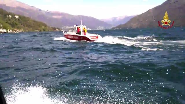 Video: I Vigili del fuoco recuperano una barca a vela sul Verbano