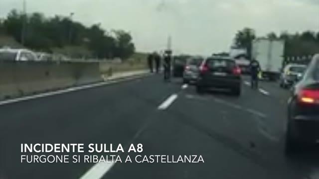 Video: Furgone si ribalta sulla A8
