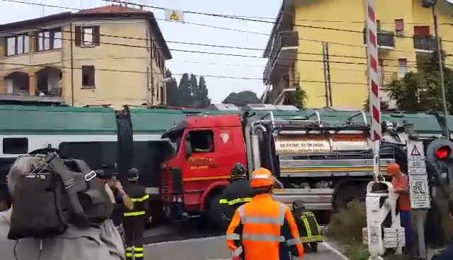 Video: Camion sulle rotaie, il momento dello spostamento