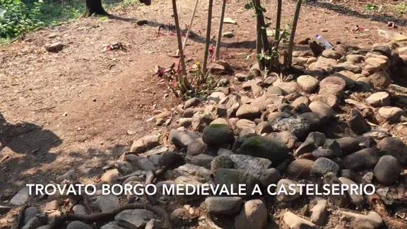 Video: Trovato il borgo medievale fuori dal castello di Castelseprio