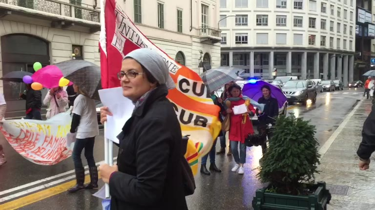 Video: La protesta delle maestre degli asili nido varesini