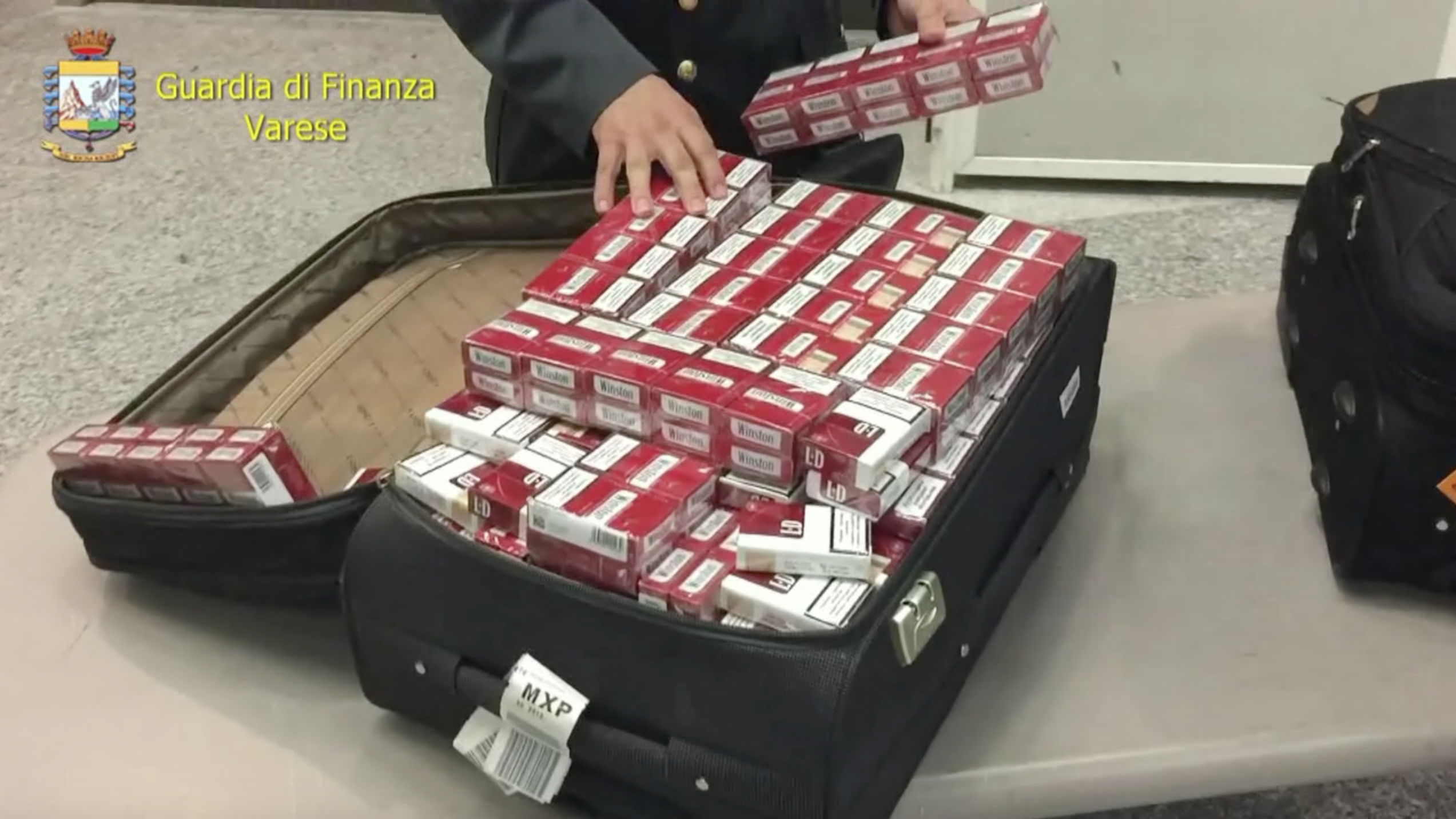 Video: A Malpensa con una montagna di sigarette