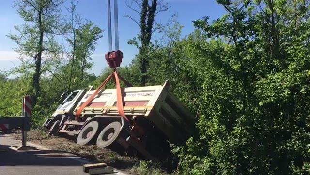 Video: Incidente sulla Sp36, il camion rimesso in carreggiata dai vigili del fuoco