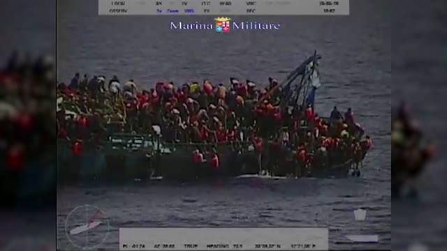Video: Il ribaltamento del barcone di migranti nel canale di Sicilia