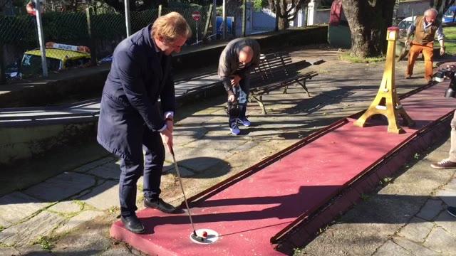 Video: Gli assessori giocano a Minigolf