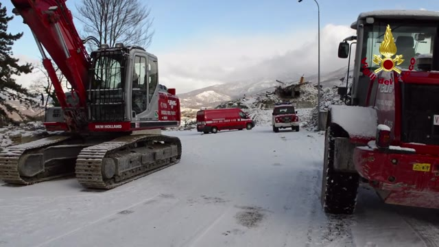 Video: Si lavora sotto la neve nelle zone terremotate