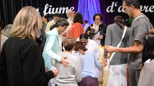Video: L'abbraccio di Amma a MalpensaFiere