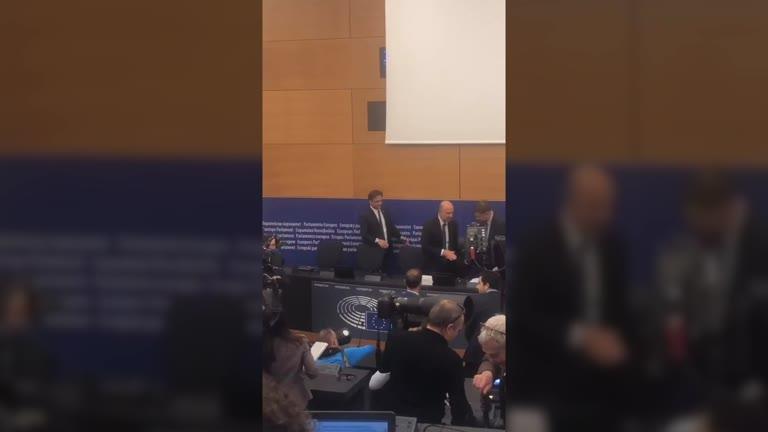 Video: L'europarlamentare leghista imbratta con una scarpa le carte della Commissione europea