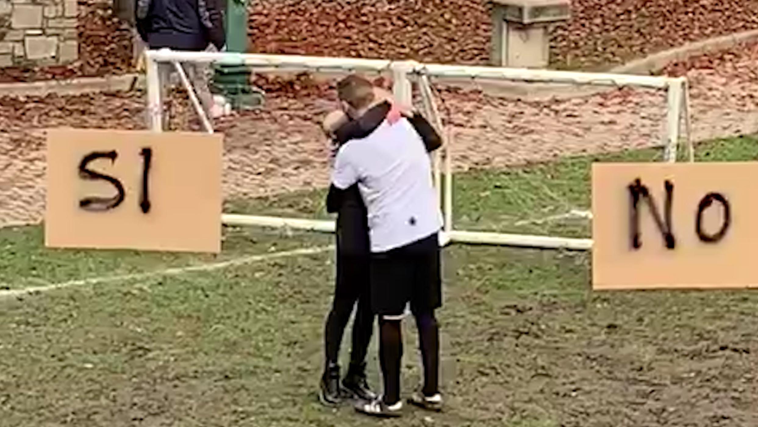 Video: Simone e Alice, la proposta di matrimonio con un goal