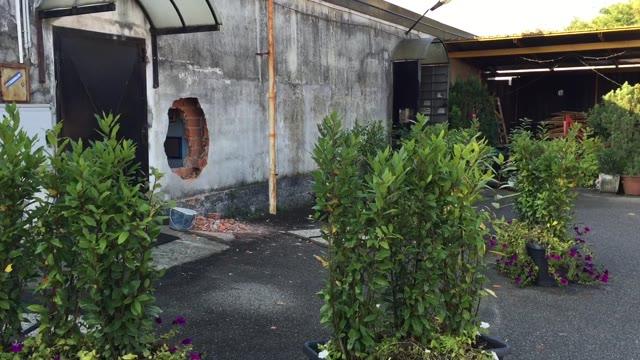 Video: Sfondano il muro ed entrano nel bar