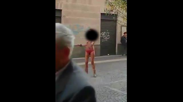 Video: Balla nuda in centro a Saronno