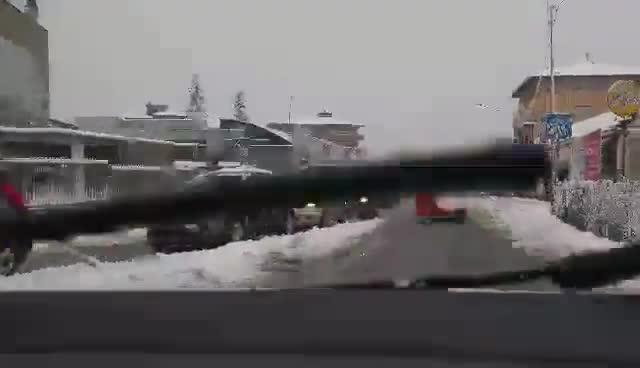 Video: Strade bloccate per la neve tra Castronno, Gazzada Schianno