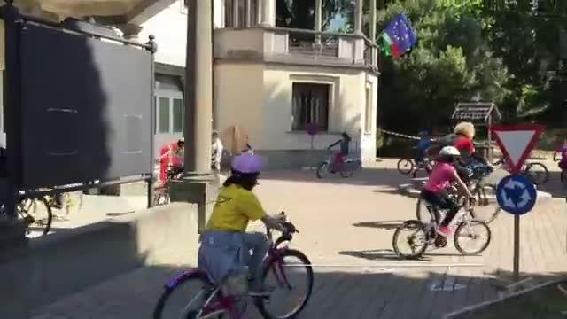 "Video: La sindaco ""ciclista"" ripara la bici"