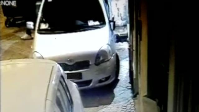Video: Calci e pugni ad una macchina parcheggiata in corso Matteotti